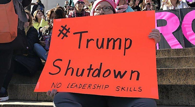 ON BİNLERCE KADIN ABD'DE TRUMP HÜKÜMETİNİ PROTESTO ETTİ