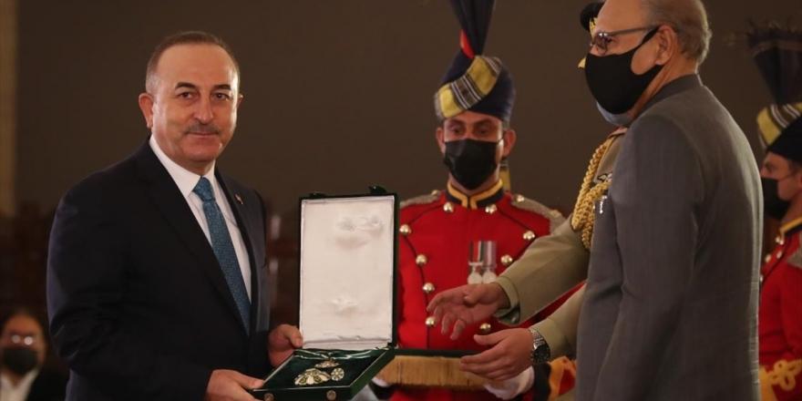 Pakistan'da Dışişleri Bakanı Çavuşoğlu'na Devlet Nişanı Tevdi Edildi