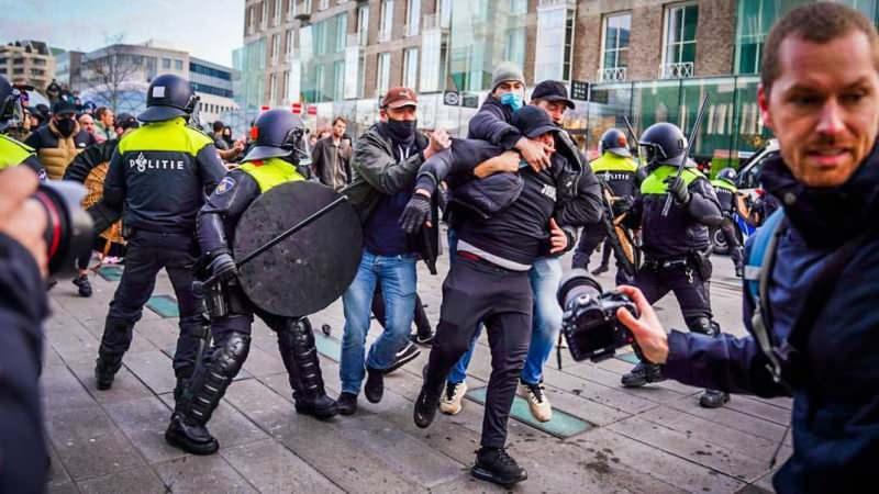 Hollanda'da kısıtlama karşıtı gösteriler: Polis araçları ateşe verildi