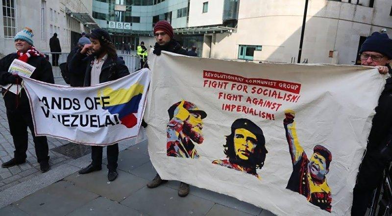 İNGİLİZ BASINININ VENEZUELLA HABERLERİ, BBC ÖNÜNDE PROTESTO EDİLDİ