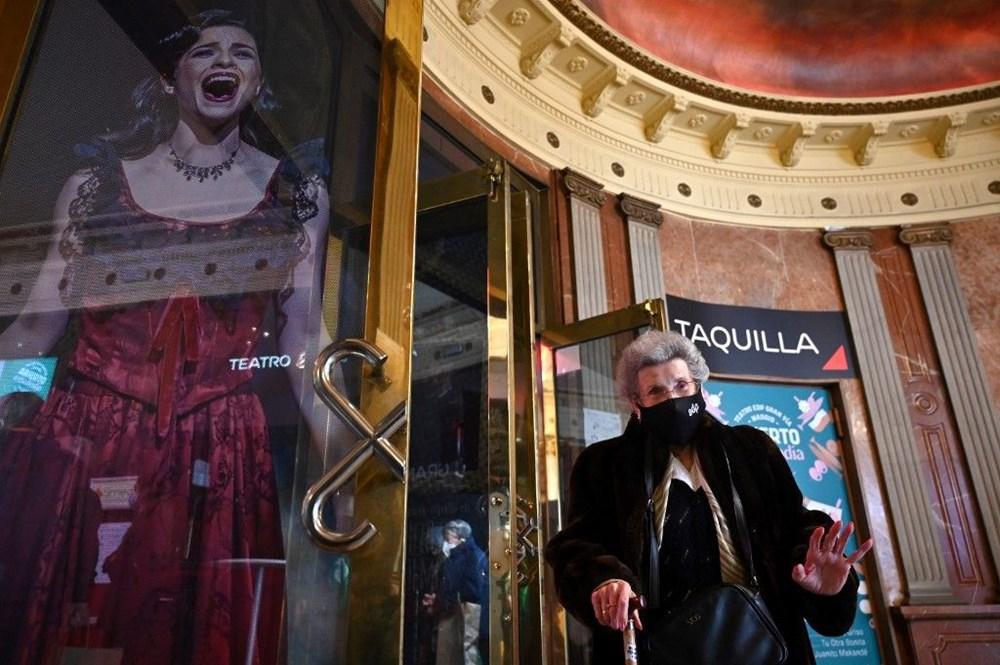 Madrid'de corona virüs aşısı olan yaşlılar için tiyatroda özel gösterim