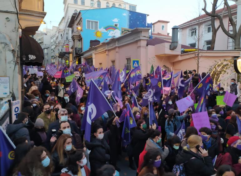 Binlerce kadın 8 Mart Feminist Gece Yürüyüşü'nde buluştu