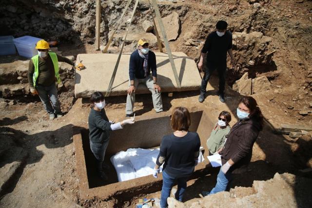 Bodrum'da bulunan 2 bin 400 yıllık lahidin kapağı ilk kez açıldı