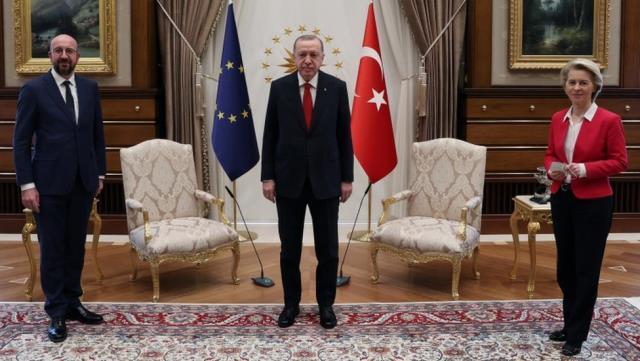 Avrupa Komisyonu, Ursula von der Leyen'in ayakta kaldığı görüntülere tepki gösterdi