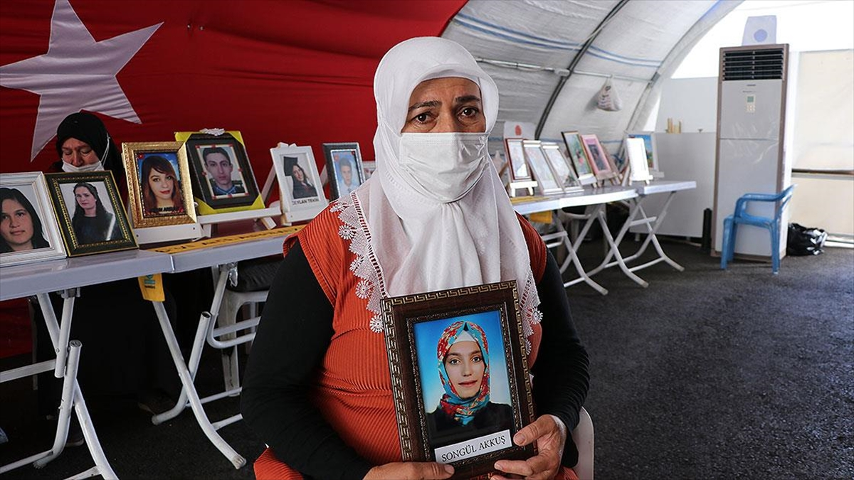 Evlatlarını Çocuk Yaşta Terörün Pençesine Kaptıran Diyarbakır Anneleri 23 Nisan'ı Buruk Karşılıyor