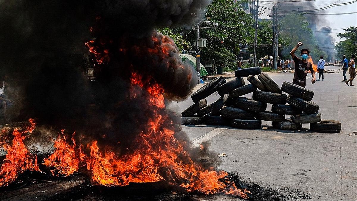 Myanmar'da İsyancılar Polis Karakolunu Ateşe Verdi