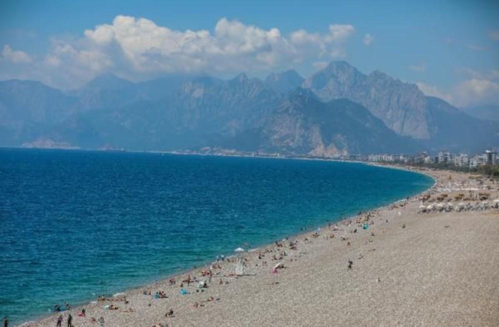 Tam kapanma bitti: Antalyalılar sahile akın etti