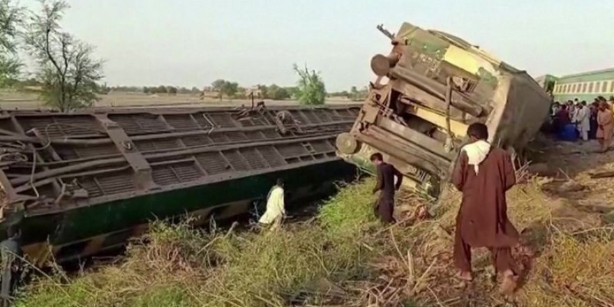 Pakistan'da iki yolcu treni çarpıştı: 36 ölü