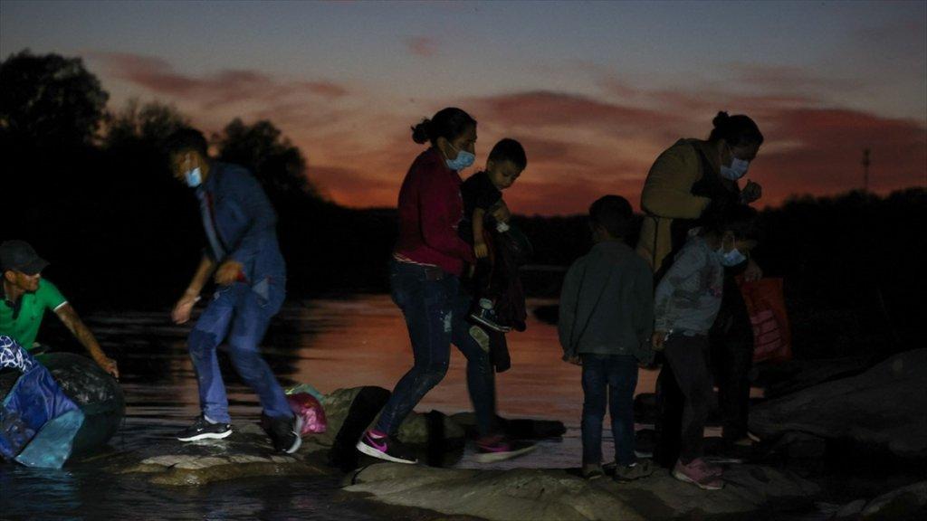 Abd-meksika Sınırında Geçen Ay 180 Binden Fazla Yasa Dışı Göçmen Yakalandı