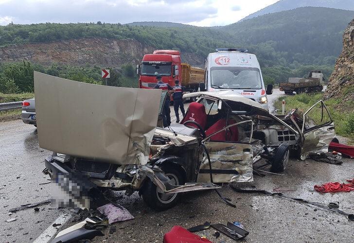 Feci kaza, otomobil kağıt gibi parçalandı