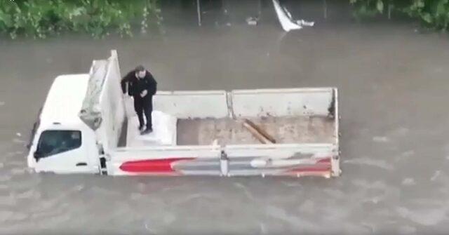 Ankara'da evleri su bastı, araçlar yolda kaldı