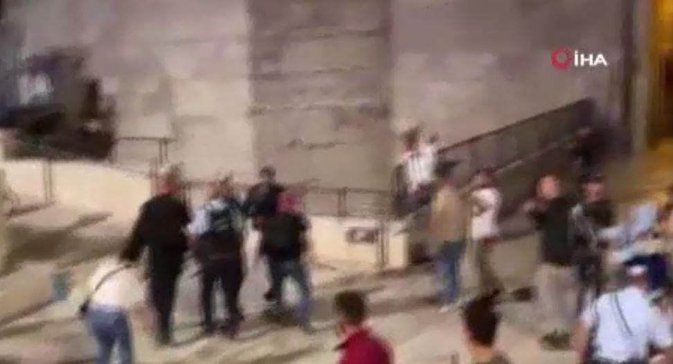 İsrail Güçleri, Şam Kapısı'nda Temizlik Yapan Filistinlilere Saldırdı