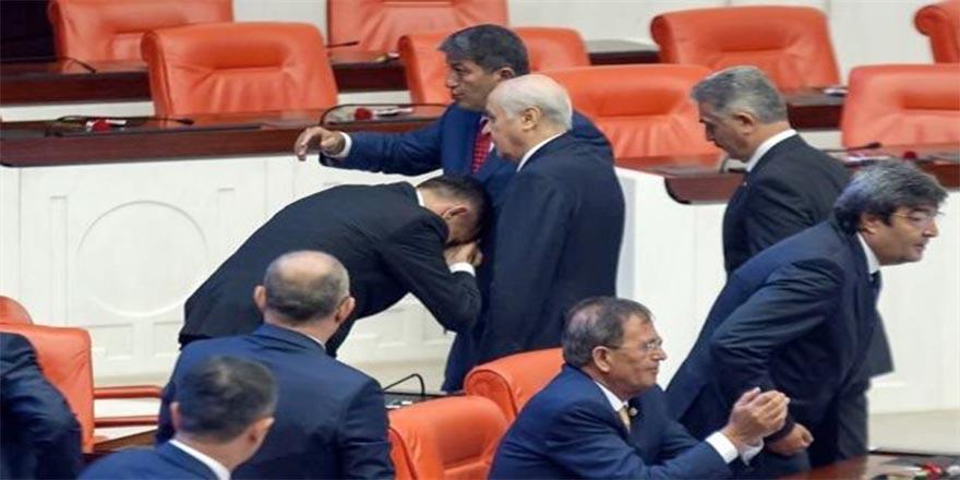 İyi Parti Milletvekili, Bahçeli'nin elini öptü