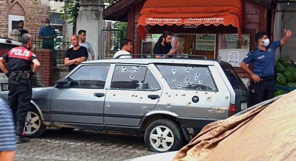 Balkondan husumetlilerine kurşun yağdırdı, araç delik deşik oldu