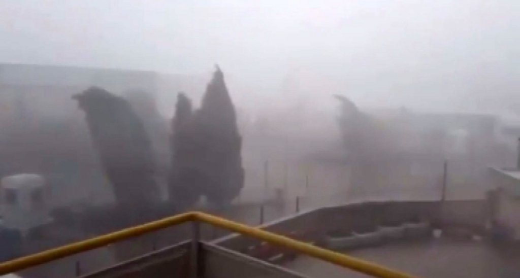 İzmir'de sağanak yağış ve fırtına ortalığı savaş alanına çevirdi