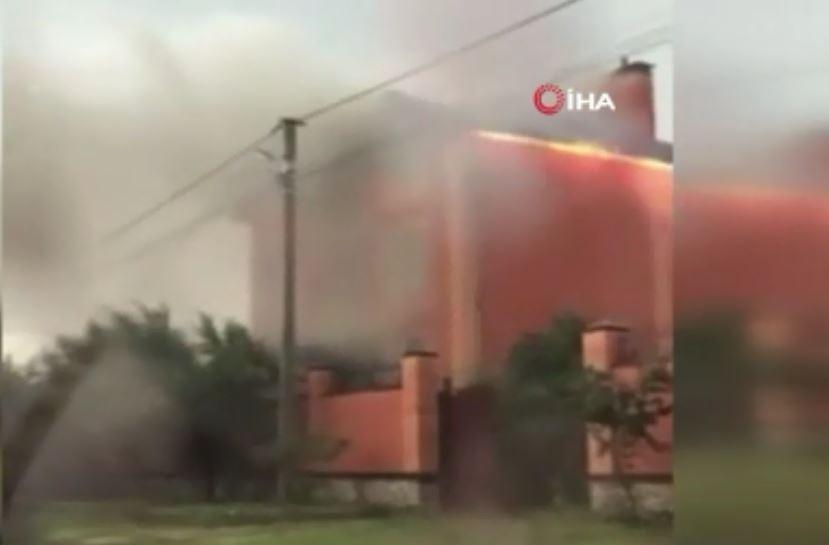 Ukrayna'da yıldırım düşen evin çatısında yangın