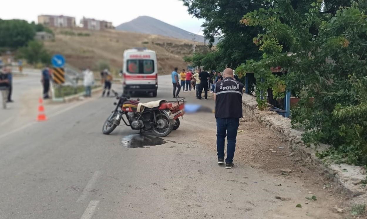 Freni tutmayan motosiklet bahçe duvarına çarptı: 1 ölü, 2 yaralı