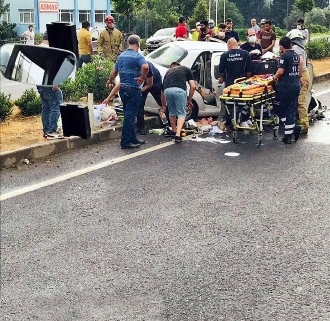 İzmir'de Otomobil İş Makinesine Çarptı: 1 Ölü, 1 Yaralı