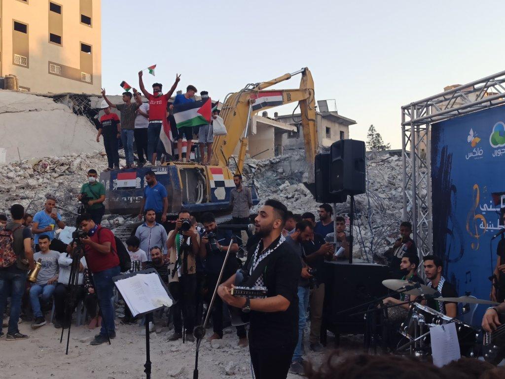 Gazze'de el-Şuruk Kulesi'nin enkazında konser