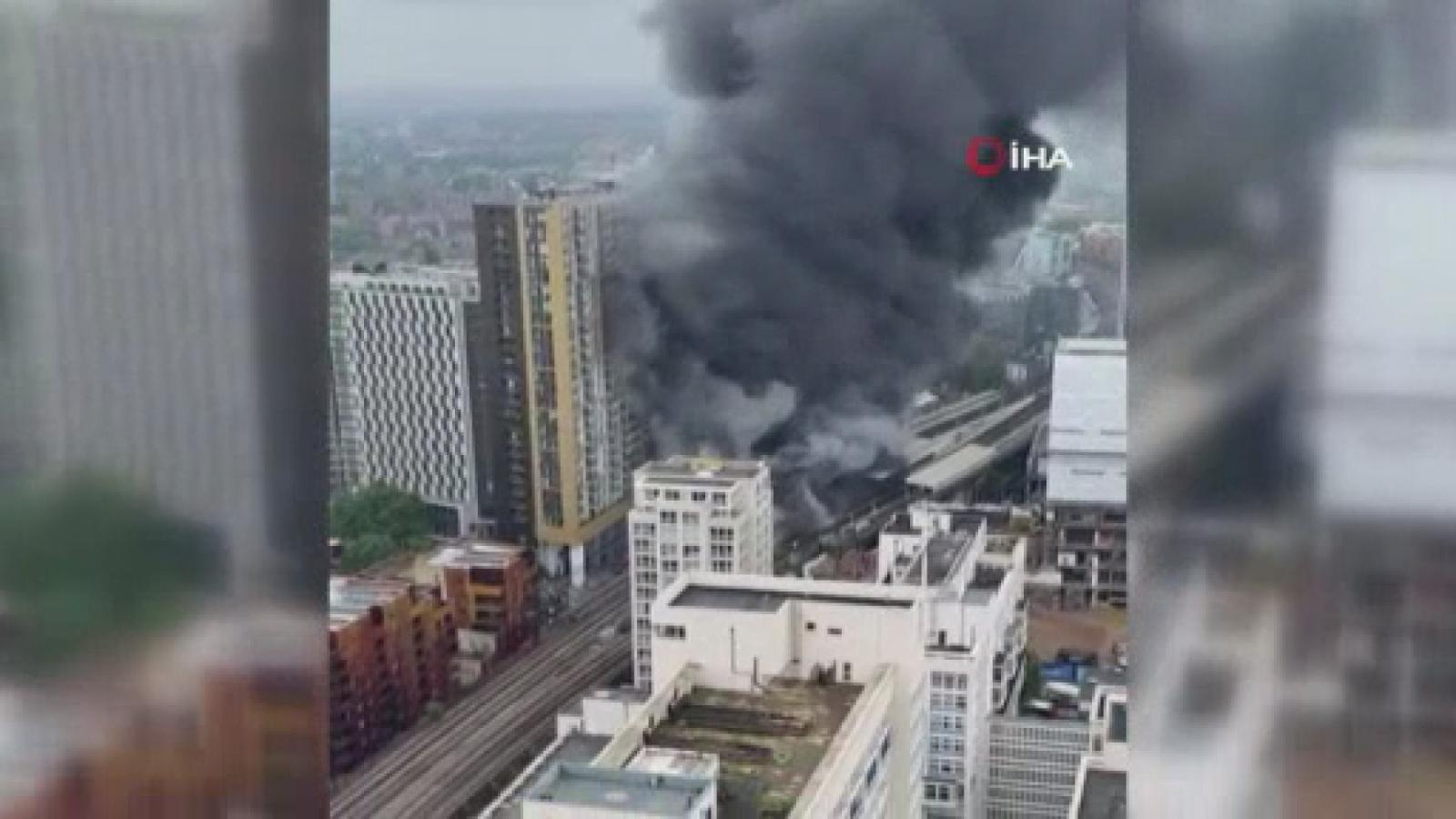 Londra'da tren istasyonunda korkutan yangın