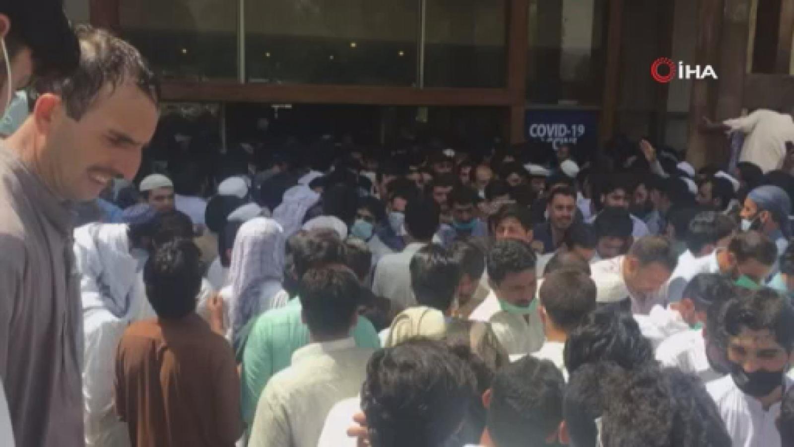 Pakistan'da halk korona virüs aşı merkezine akın etti