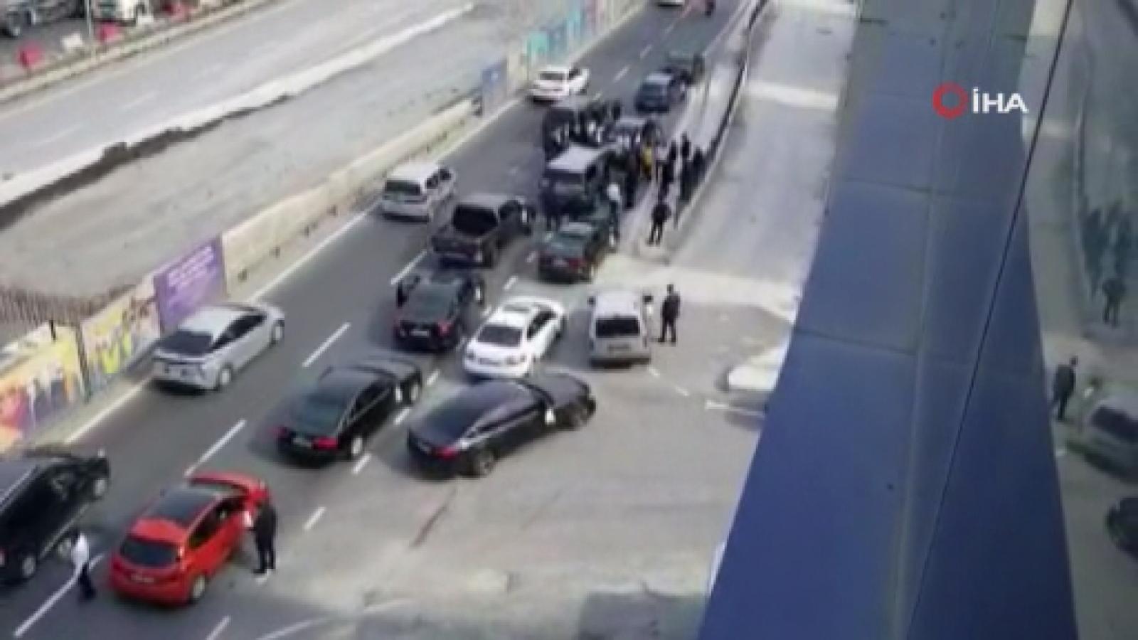 Çakarlı Araçlarla Yolu Trafiğe Kapatıp Halay Çektiler