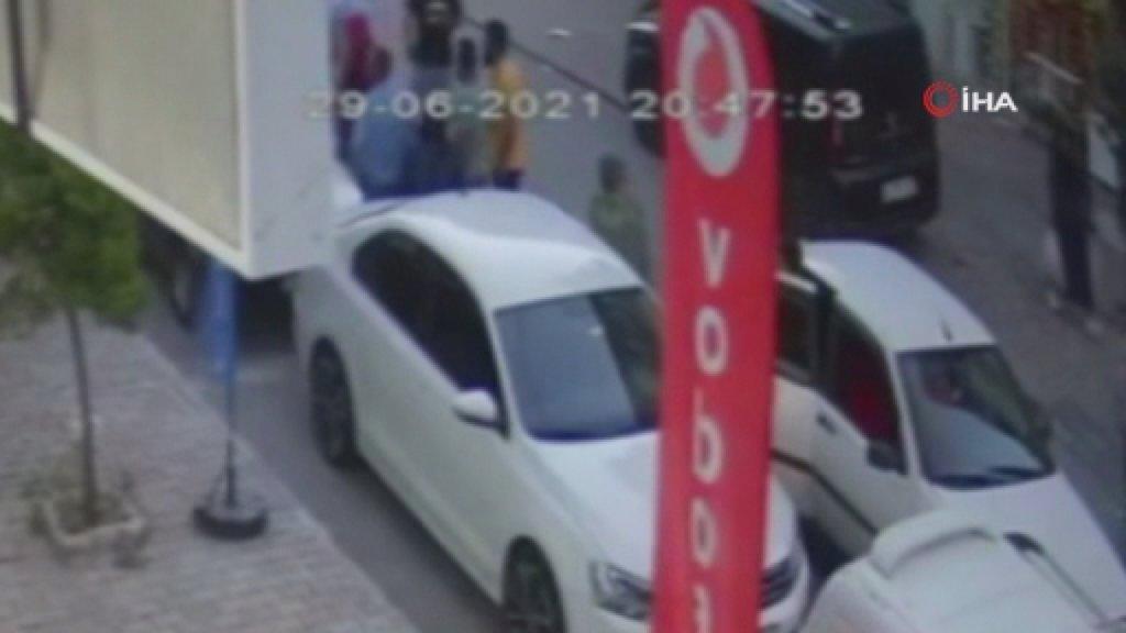 Yolun karşısına geçmeye çalışan küçük kıza otomobil çarptı: Kaza anı kamerada
