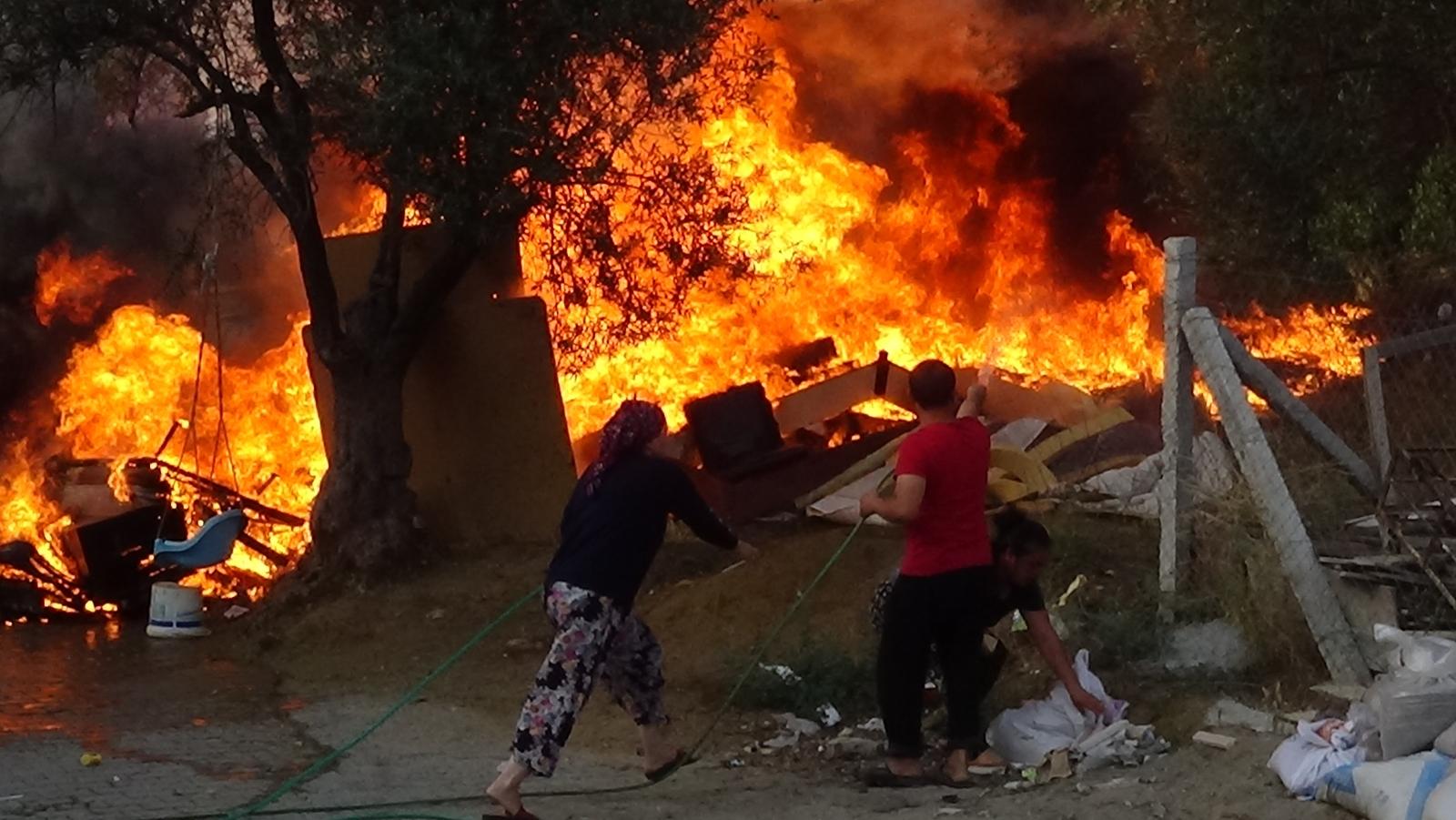 Metrelerce Yükselen Alevleri Bahçe Hortumlarıyla Söndürmeye Çalıştılar