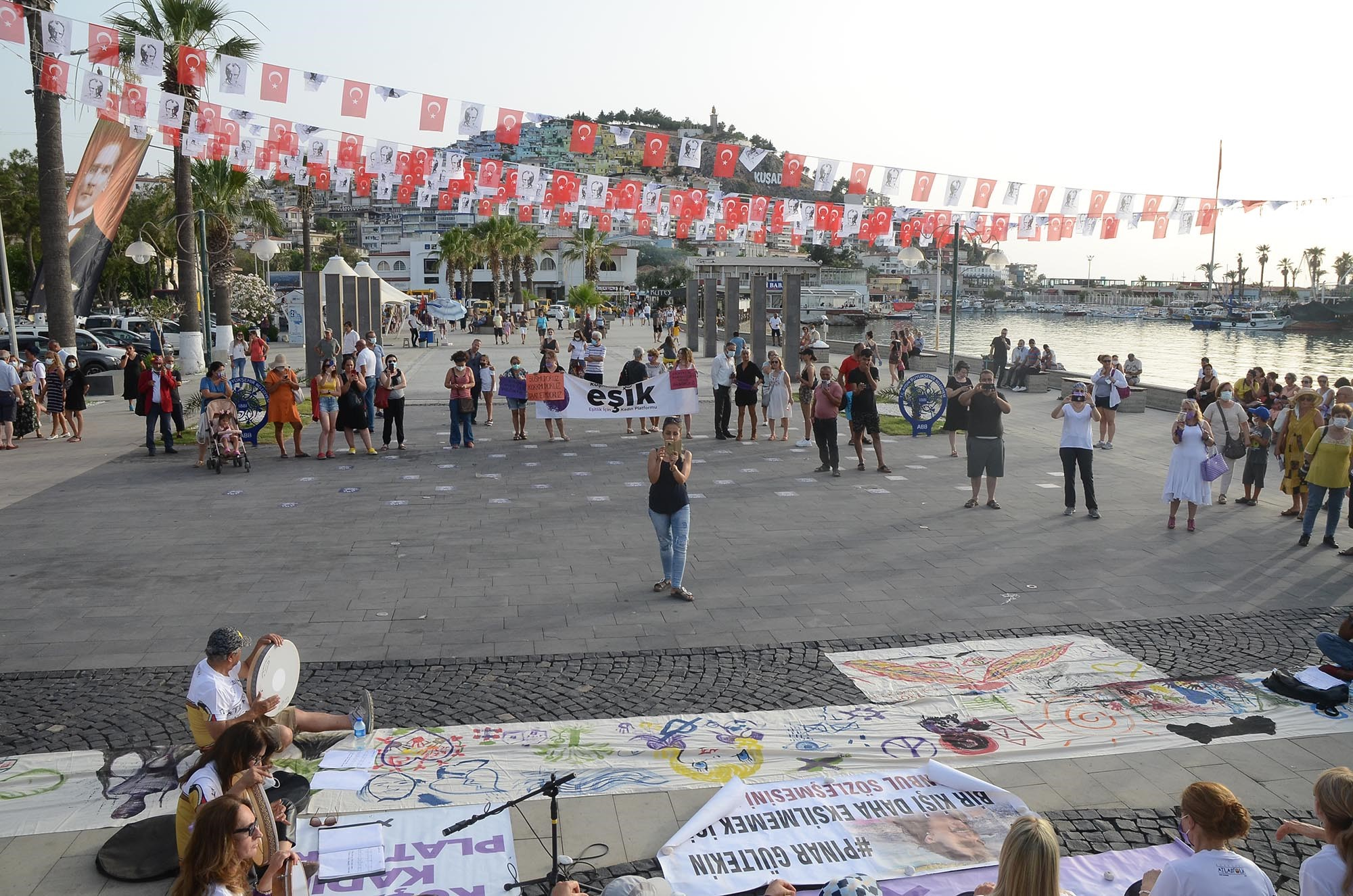 KUŞADASI'NDA İSTANBUL SÖZLEŞMESİ PROTESTOSU