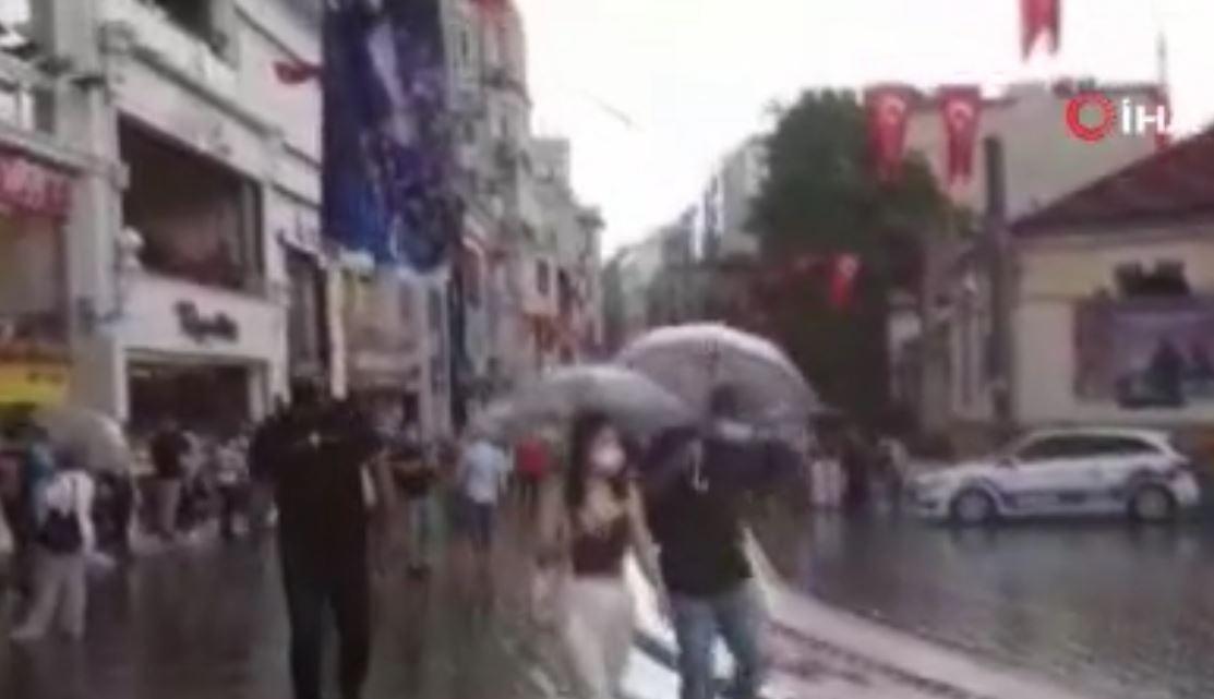 Kısıtlamasız İlk Pazar Günü Taksim'e Çıkanlar Yağmura Yakalandı