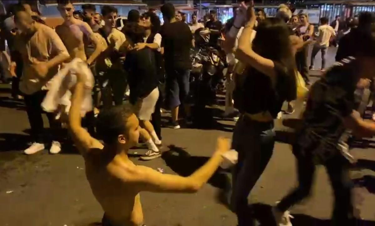 Beşiktaş'ta Normalleşmeyi Abartan Gençler, Maskelerini Çıkartıp Dans Etti