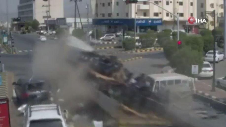 Suudi Arabistan'da tır kırmızı ışıkta bekleyen araçları biçti: 2 ölü, 2 yaralı