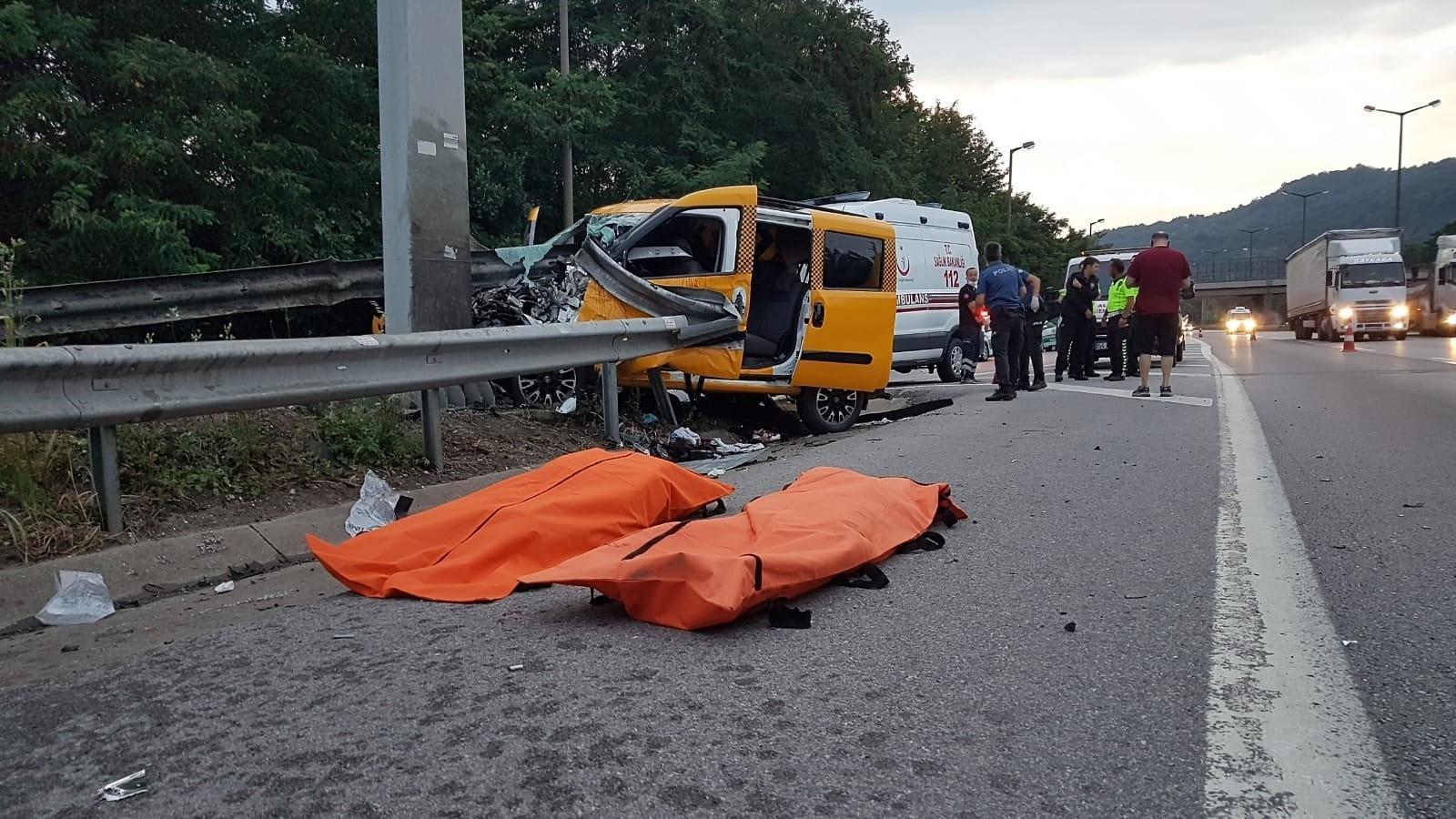 TEM'de Ticari Taksi Bariyerlere Ok Gibi Saplandı: 2 Ölü, 5 Yaralı