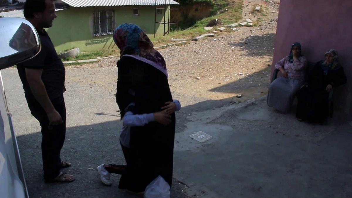 Kaybolan Küçük Kızın Annesi İle Kavuşma Anı Yürekleri Dağladı