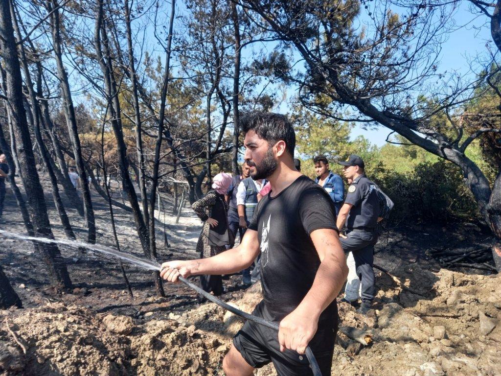 Ünlü Şarkıcı Bozcaada'daki Yangın Söndürme Çalışmalarına Katıldı