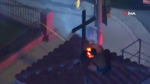 ABD'de Bir Şahıs, Kilisenin Çatısındaki Haçları Yakmaya Çalıştı