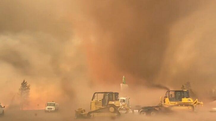 Orman yangını sırasında korkutan hortum