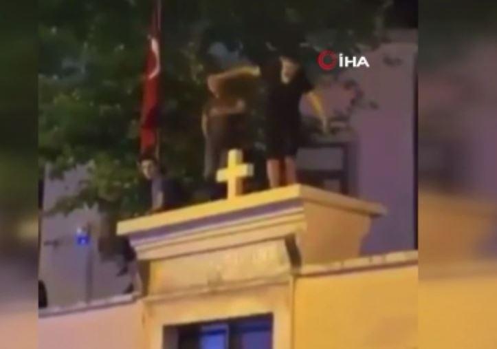 Kadıköy'de kilise duvarında dans eden 2 şüpheliye ev hapsi