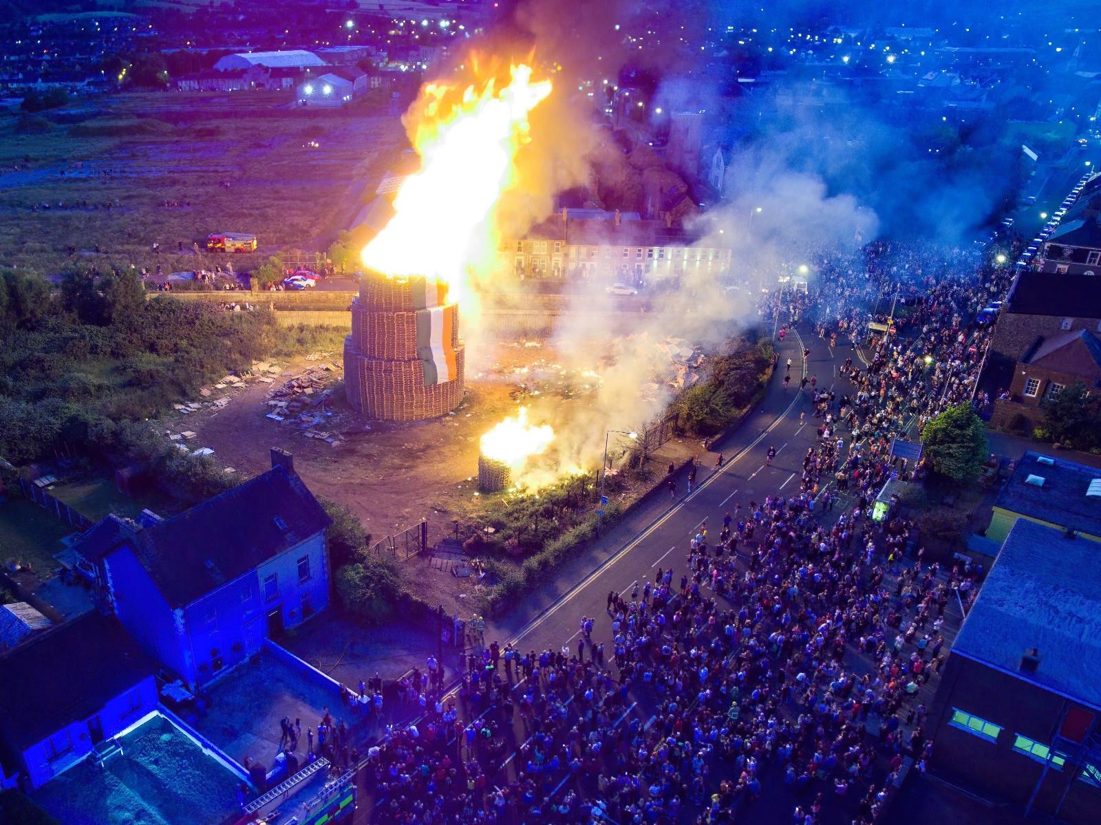"""Kuzey İrlanda'da """"On Birinci Gece"""" Dev Ateşler Yakılarak Kutlandı"""