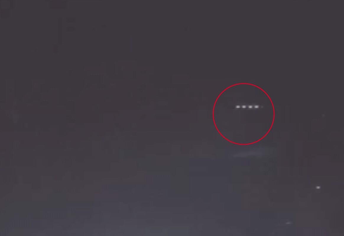 Tatil Beldesinde Gökyüzünde Görünen Esrarengiz Işıklar Kameraya Yansıdı