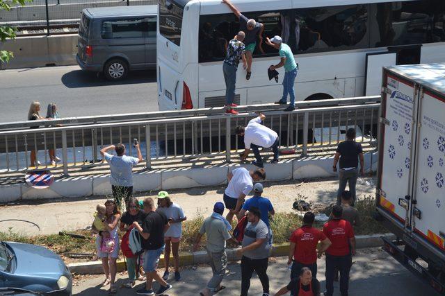 Turistler camları kırıp otobüsten atladı
