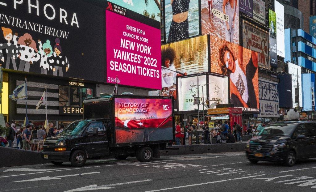 """New York'ta 15 Temmuz """"Demokrasi Zaferi"""" LED ekranlı araçlarla anlatıldı"""