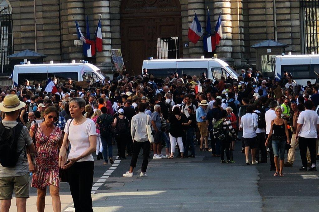 Paris'te Aşı Karşıtlarından Senato Önünde Protesto