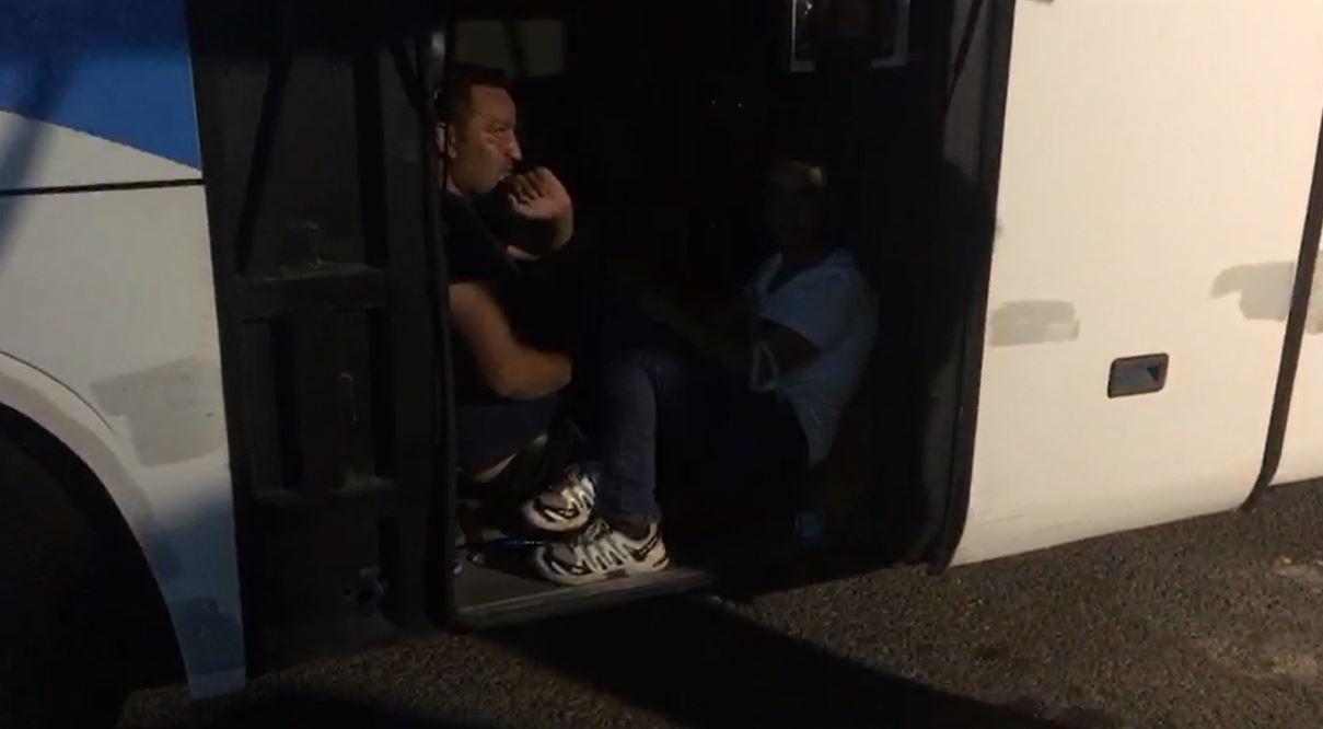 Kaçak göçmenler otobüsün bagajından çıktı