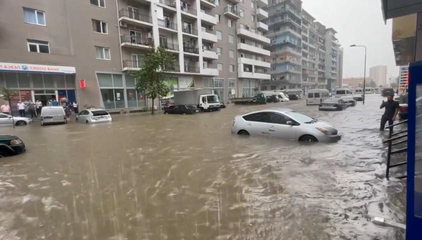 Batum'da şiddetli yağış sele neden oldu