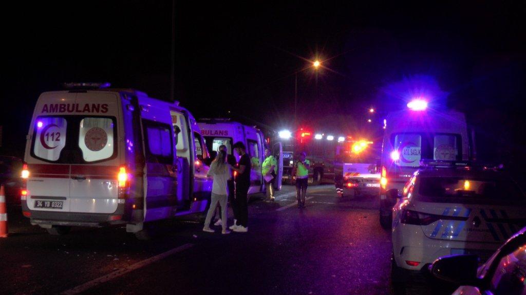 TEM Otoyolu'nda minibüs ile hafif ticari araç çarpıştı