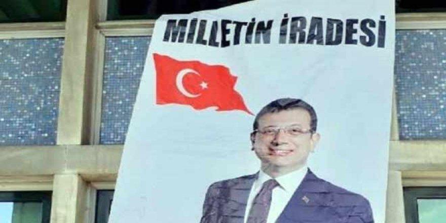 İBB binasında Ekrem İmamoğlu pankartı