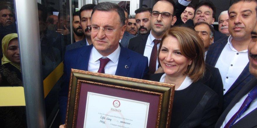 Hatay Büyükşehir Belediye Başkanı Savaş, mazbatasını aldı