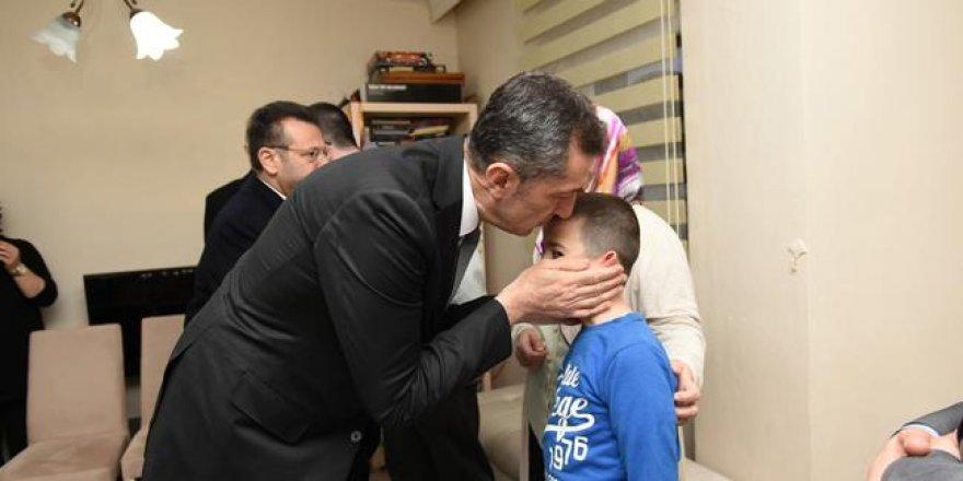 Bakan Selçuk, öğrencisi tarafından öldürülen öğretmenin ailesini ziyaret etti