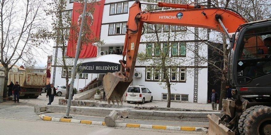 'Komünist Başkan' Maçoğlu belediye önündeki duvarı yıktırdı
